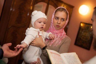 Можно ли девушке первой крестить девочку