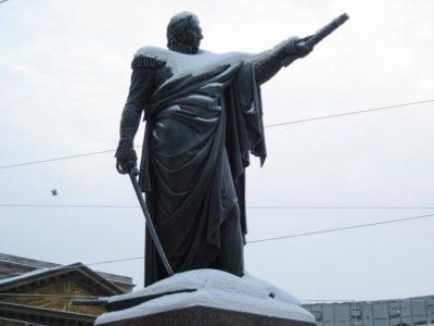 Кому установлен памятник перед Казанским собором