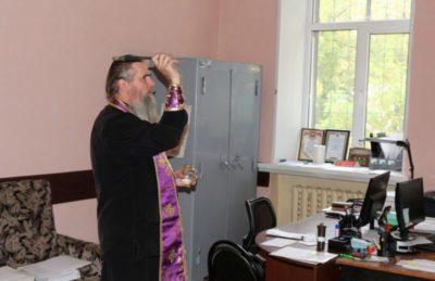Как очистить квартиру с помощью святой воды