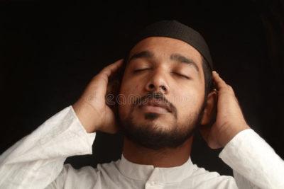 Как называется когда мусульмане молятся