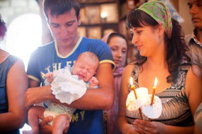 Кто держит на руках девочку во время крещения
