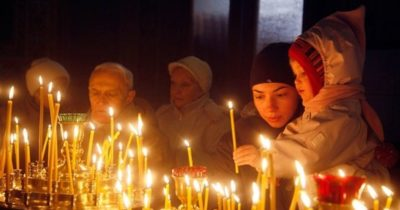 Кому и за что ставить свечи в церкви
