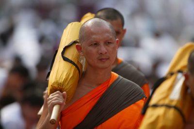 Почему одежда буддийских монахов оранжевого цвета